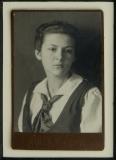František Drtikol: Dívka s vázankou, 1919, fotografie – kabinetka 74x120 mm, podlouhlé hlubotiskové razítko, rám Nielsen, cena 3.200.- Kč