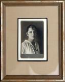 František Drtikol: Dívka v pruhované halence, před r. 1919, fotografie – kabinetka 74x120 mm, podlouhlé hlubotiskové razítko, rám Nielsen, cena 3.200.- Kč