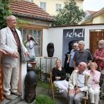 Mimořádný zážitek z vystoupení Jiřího Suchého a Jitky Molavcové si odnesli návštěvníci výstavy Jiřího Suchého z dvorku galerie 2. července 2009