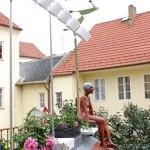 Terasa nad dvorkem galerie s větrnými stroji sochaře Františka Svátka a keramickou sochou Plavkyně Aleny Krauseové