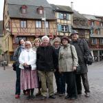 """Oba tyto snímky s účastníky zájezdu do Burgundska byly pořízeny hned první podvečer v alsaském městě Colmar, kde s oblibou přespáváme při cestách po dalších francouzských krajích. V Colmaru začíná vinná stezka směrem ke Štrasburku, narodil se tu sochař Bartholdi, autor Sochy Svobody, ale je tu i skvělé muzeum """"Pod lipami"""" s Isenheimským oltářem Matthiase Grünewalda a čtvrt´ Malé Benátky (odkud jsou tyto snímky) , kde se lze svézt lodičkou po kanálech a dozvědět se přitom leccos zajímavého."""
