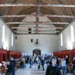 Foto zabírá hlavní sál hospicu v Beaune, zřízeného ve druhé polovině 15. století. Kóje s nemocnými byly odděleny látkovými závěsy, o pacienty pečovaly řádové sestry.