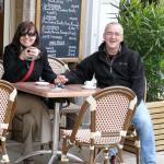 Sklářští výtvarníci Marie a Ladislav Olivovi při kafíčku v Beaune.